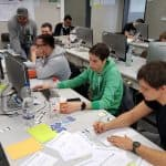 Agile2Go mit Mathe-Genies, Gruppenbild am PC, Präsentation, Kartenspiel