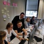 Agile2Go mit Mathe-Genies, Gruppenbild am PC, Präsentation