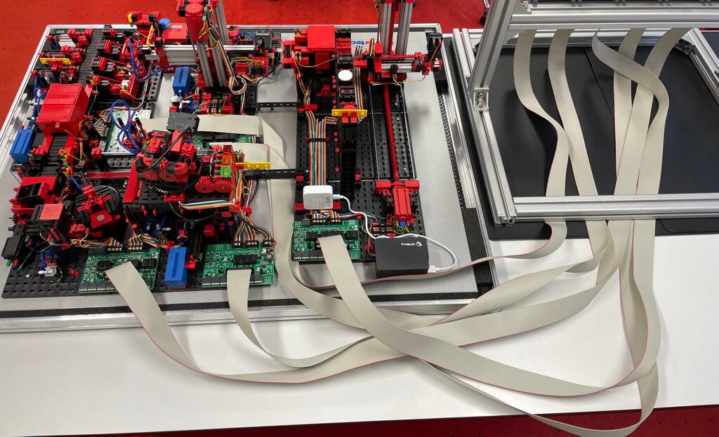 Verbindung der Lernfabrik-Komponenten über Flachbandkabel mit der SPS