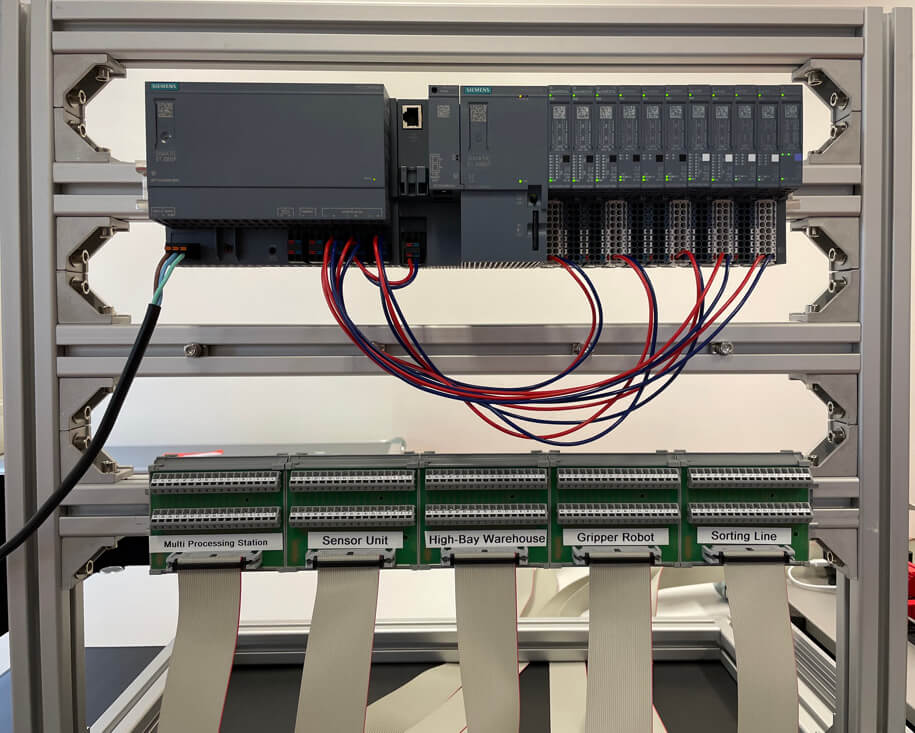 Frontalansicht der SPS und der Verbindungspunkte der Flachbandkabel